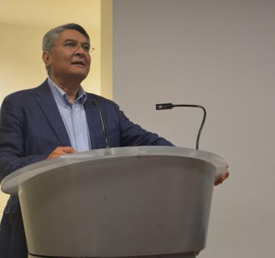 Dr. Rodrigo Ramos presentando el simulador