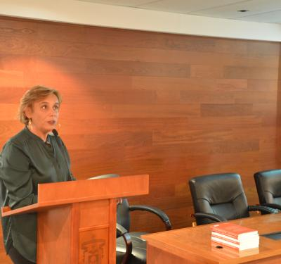 Dra. Marta Garaulet ofreciendo su conferencia desde el pódium