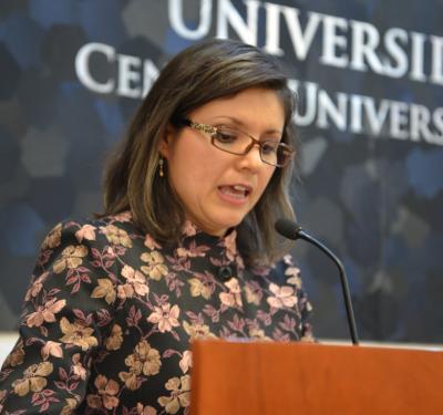 Dra. Fabiola Márquez Sandoval al micrófono ofreciendo discurso