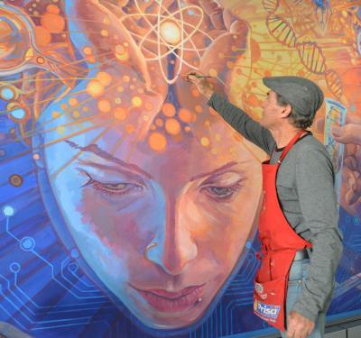 El pintor Jorge Monrroy detalla su más reciente mural pintado en el CUCS