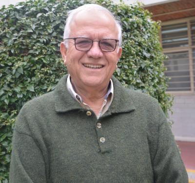 Dr. Felipe de J. Lozano Kasten en el exterior de su laboratorio