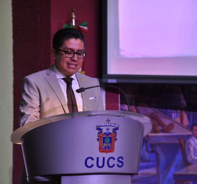 Rector del CUCS ofreciendo mensaje a los asistentes al curso