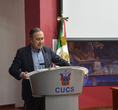 Rector del CUCS emitiendo mensaje en celebración del Día del Psicólogo