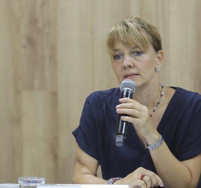 Dra Katja Stein al micrófono