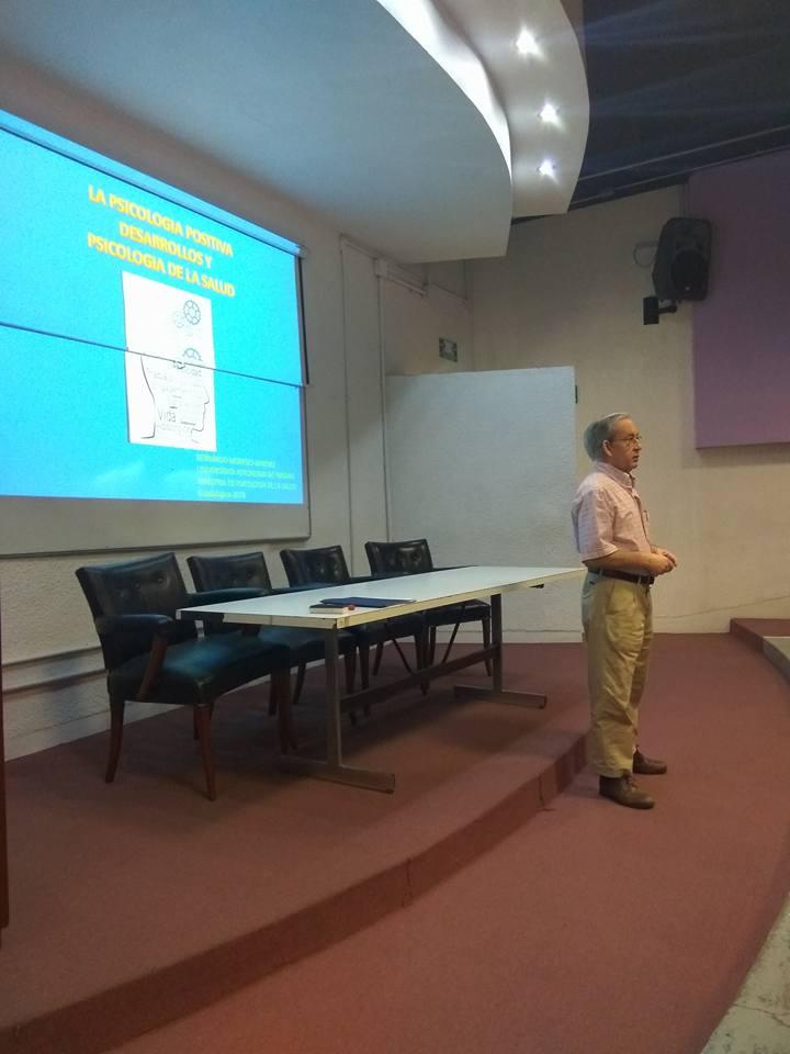 Dr. Bernardo Moreno impartiendo la conferencia