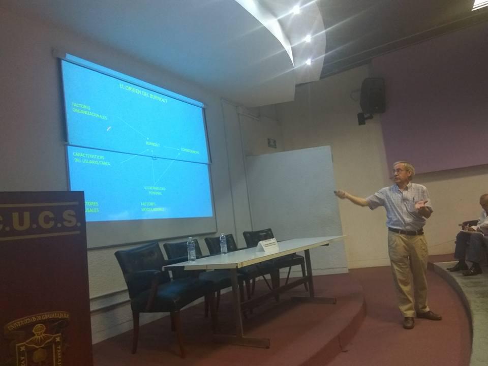 Dr. Bernardo Moreno explicando una diapositiva