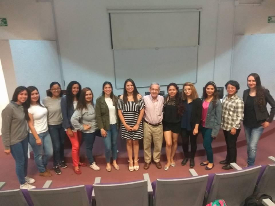 Foto grupal de alumnos de la Maestría de Psicología Positiva con el Dr. Bernardo Moreno