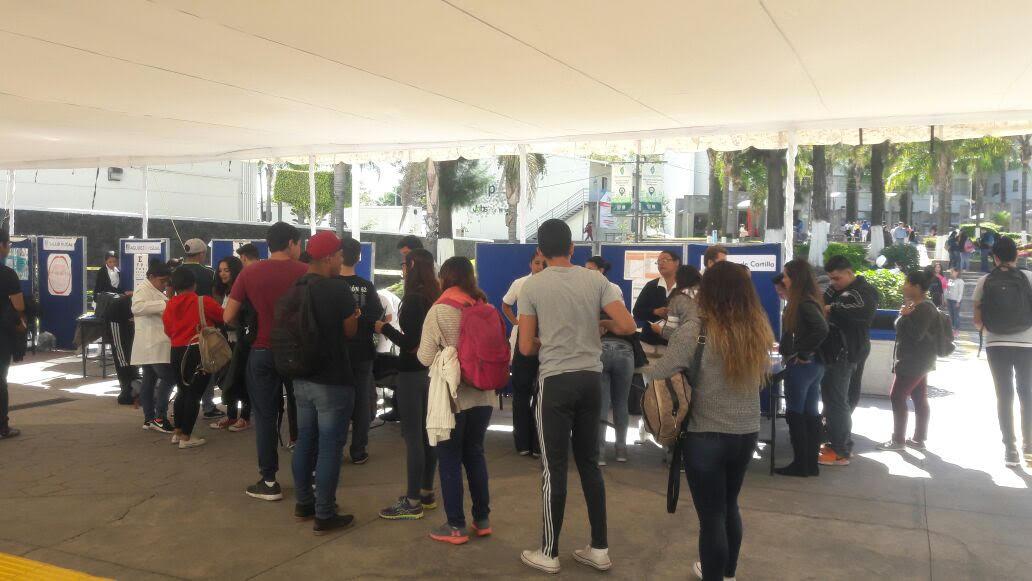 Asistentes a Feria de la Saud hacen fila para recibir atención en el Módulo de Enfermería