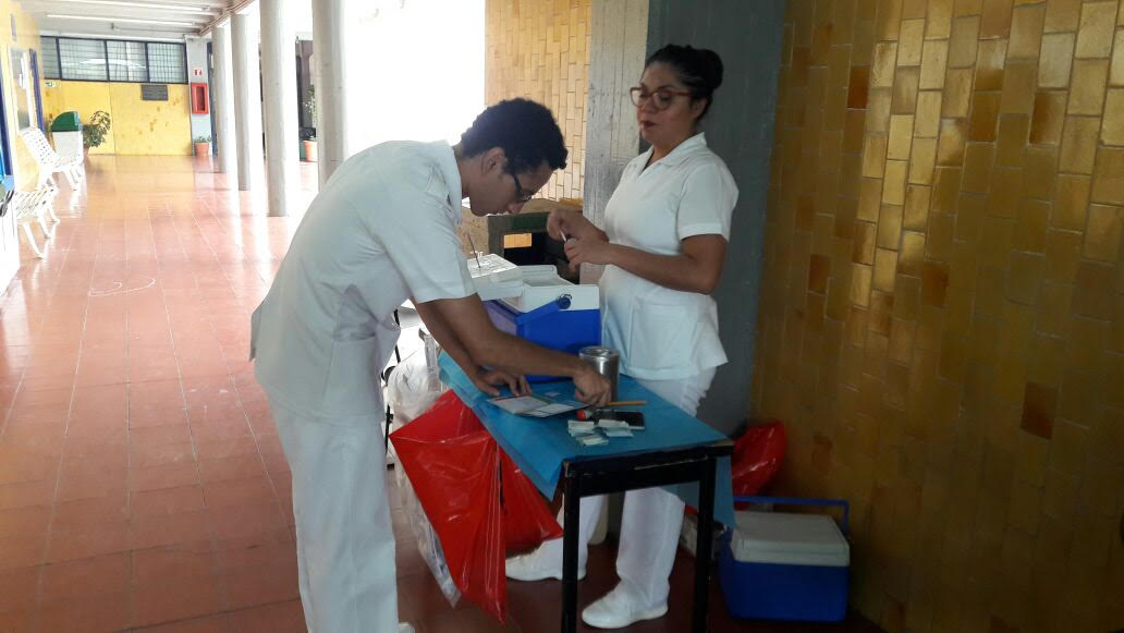 Enfermero aplicando una vacuna en módulo