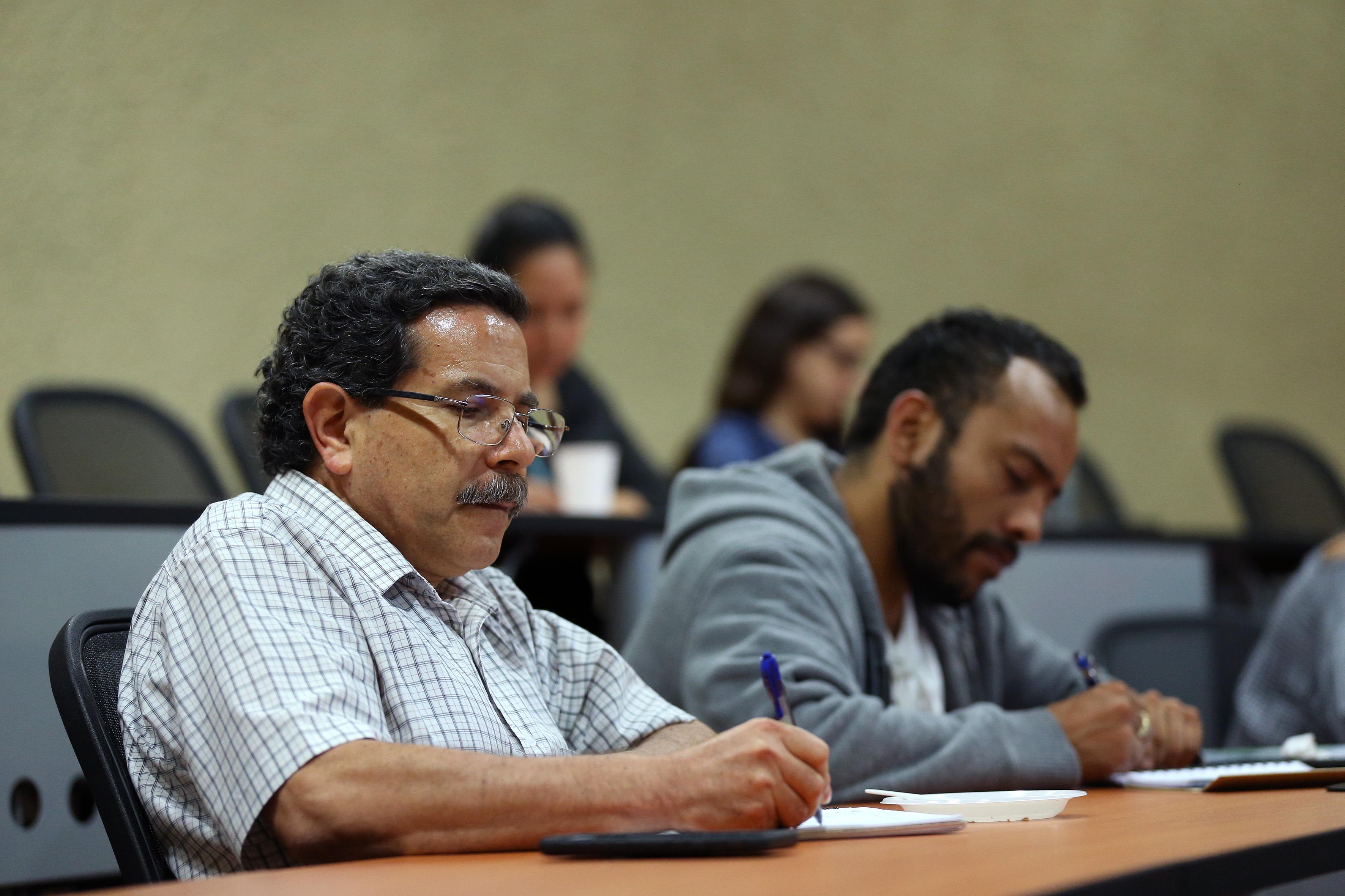 Estudiantes de doctorado tomando nota durante la videoconferencia