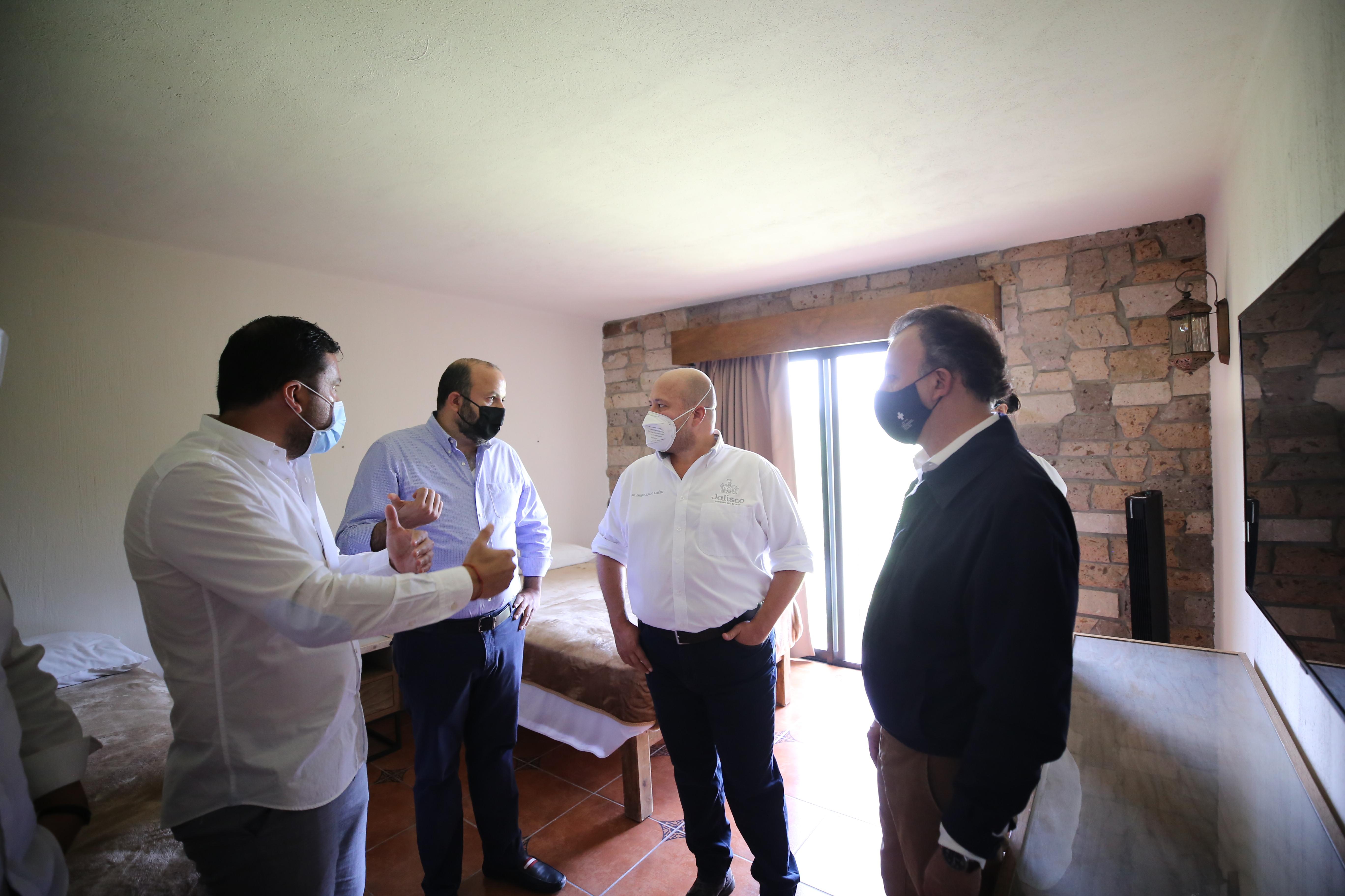 Autoridades visitando habitación del Hotel Villa Primavera