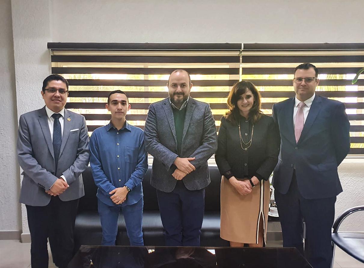 Rector general y autoridades de CUCS posando para la foto con el alumno con más alto puntaje de ingreso