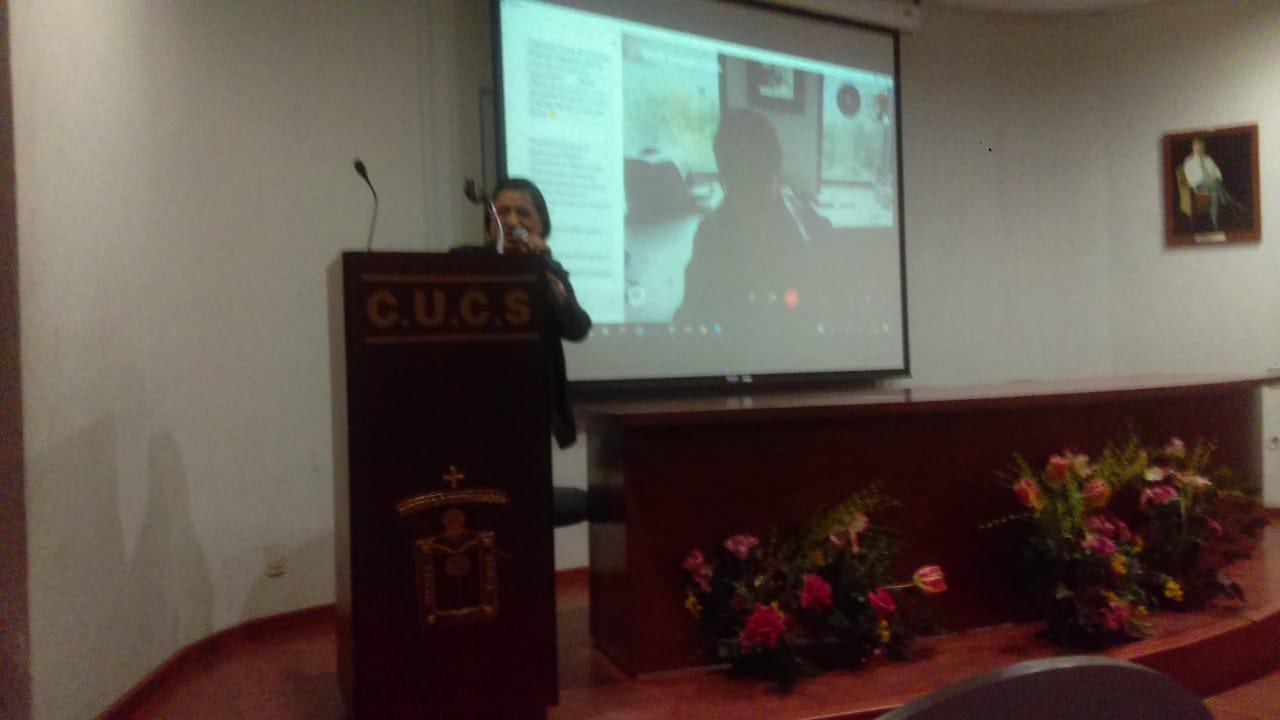 La Mtra. De Gante Casas, coordinadora del evento, agradeciendo la participación de los presentes.