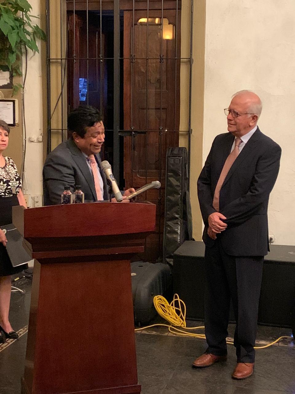 Dr. Lozano Kasten recibiendo su reconocimiento