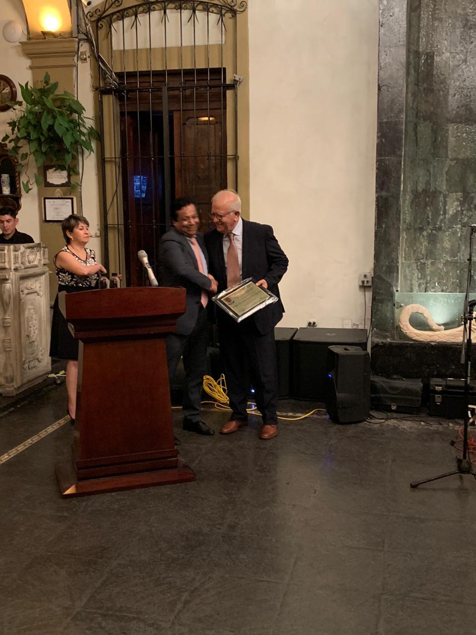 Dr. Lozano Kasten exhibiendo su reconocimiento