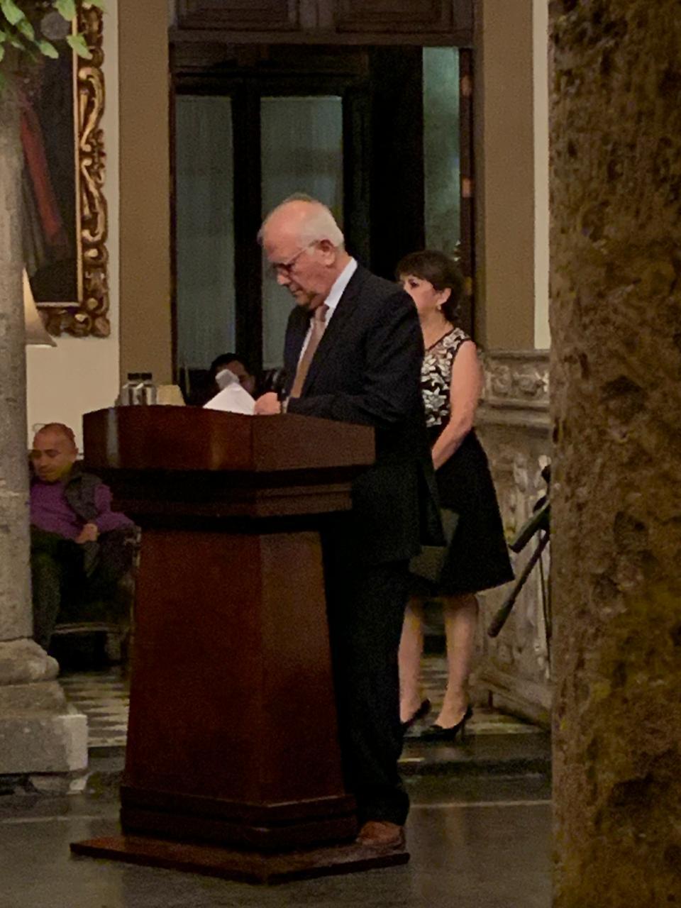 Dr. Lozan Kasten ofeciendo palabras de agradecimiento en el pódium