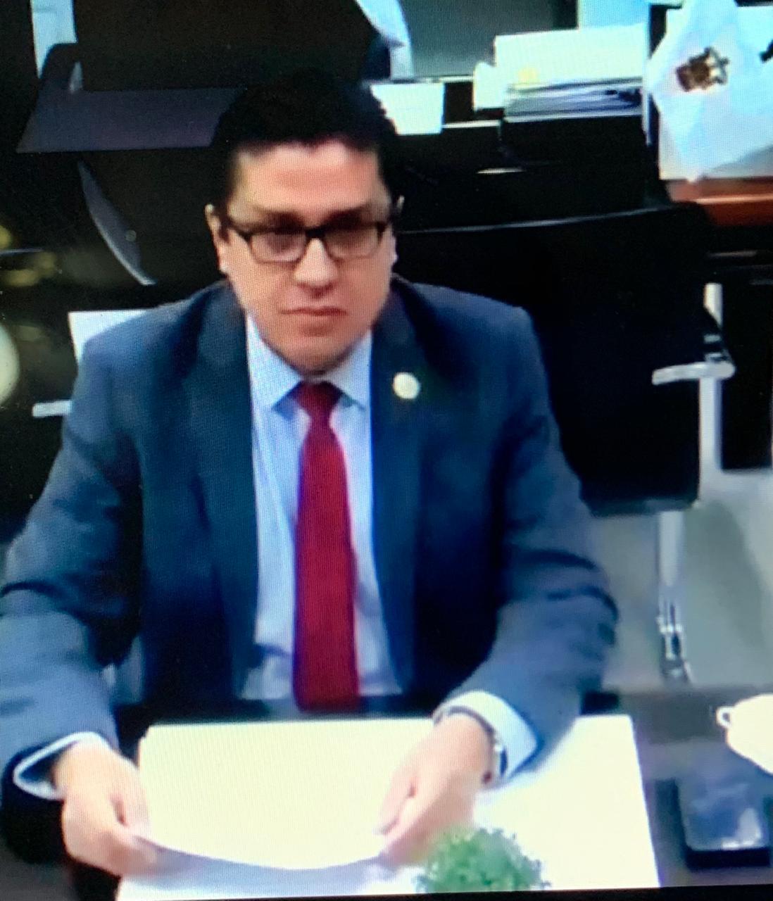 Captura de pantalla del rector impartiendo conferencia en vertical