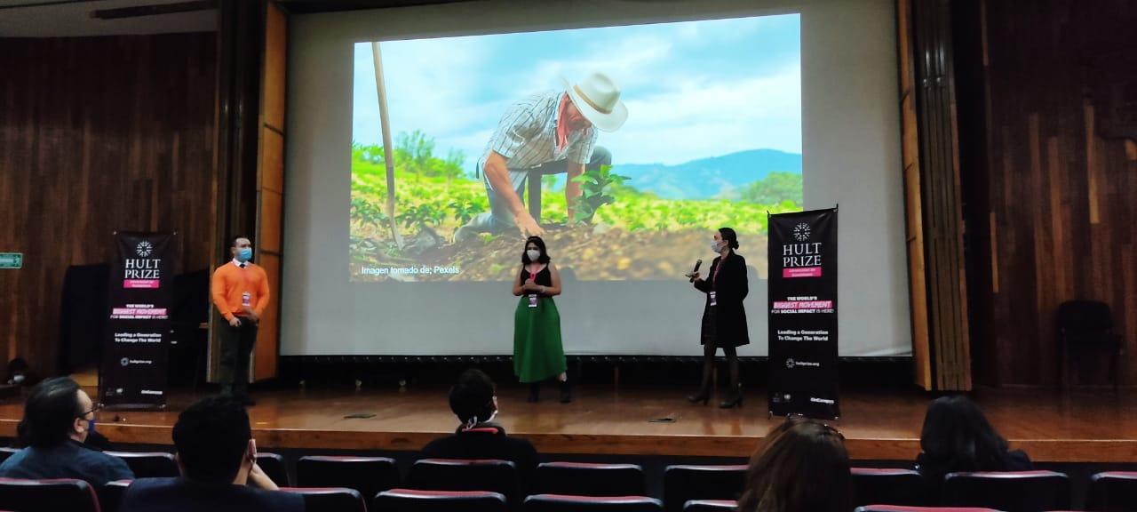 Equipo ganador en la presentación de su trabajo