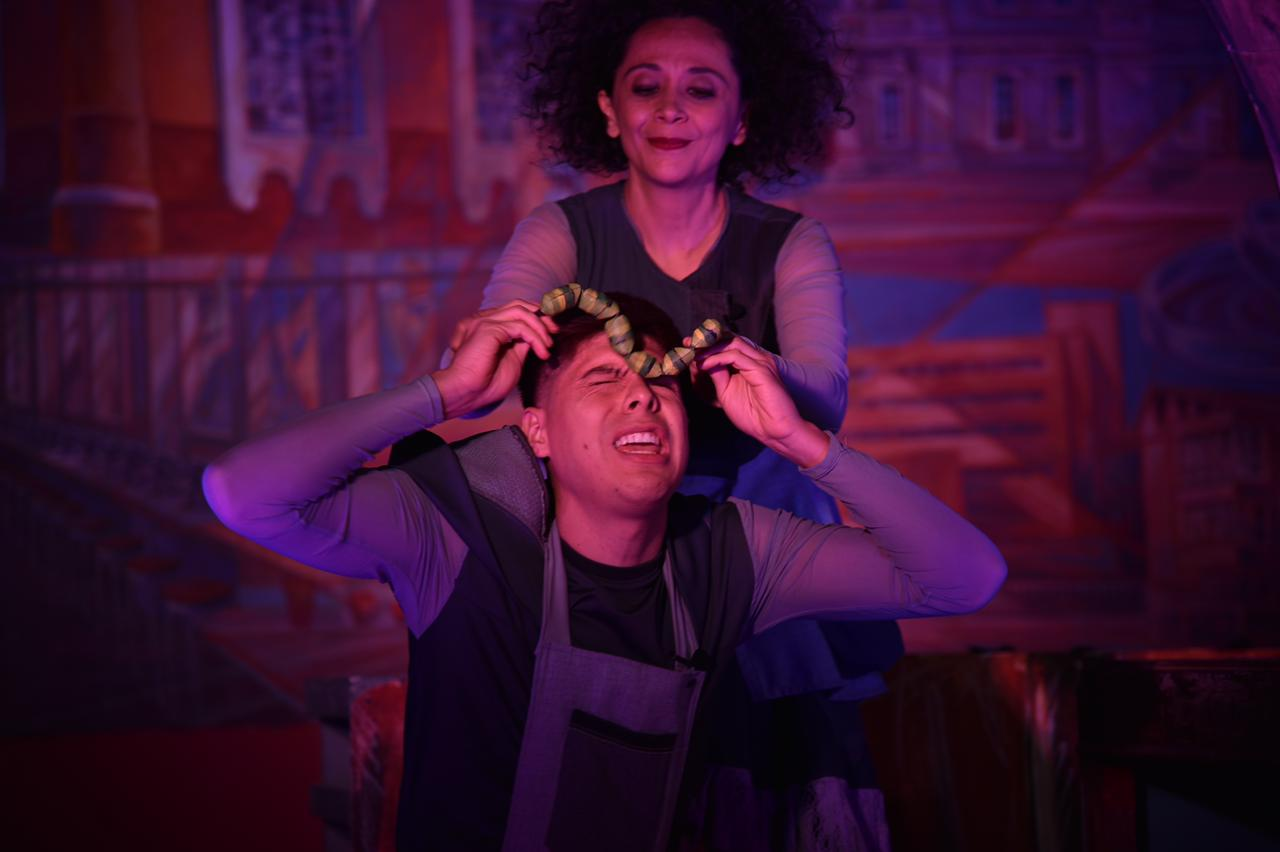 Actores actuando durante la obra de teatro